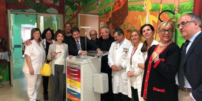 Un carrello porta strumenti per oncologia pediatrica